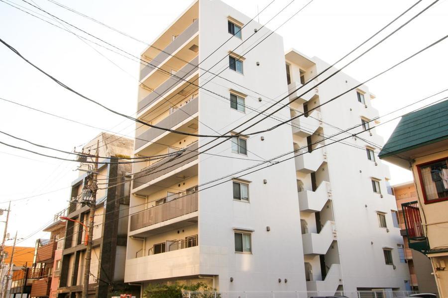 周辺はマンションや住宅が多め、駅からも距離があり静かに過ごせます