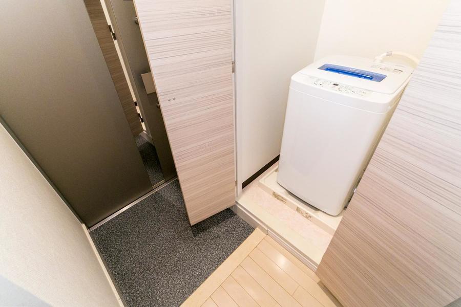 洗濯機置き場は目隠し扉付き。未使用時は隠せて便利です