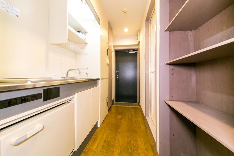 キッチン背面には収納棚が設置。ハイタイプで収納力抜群!