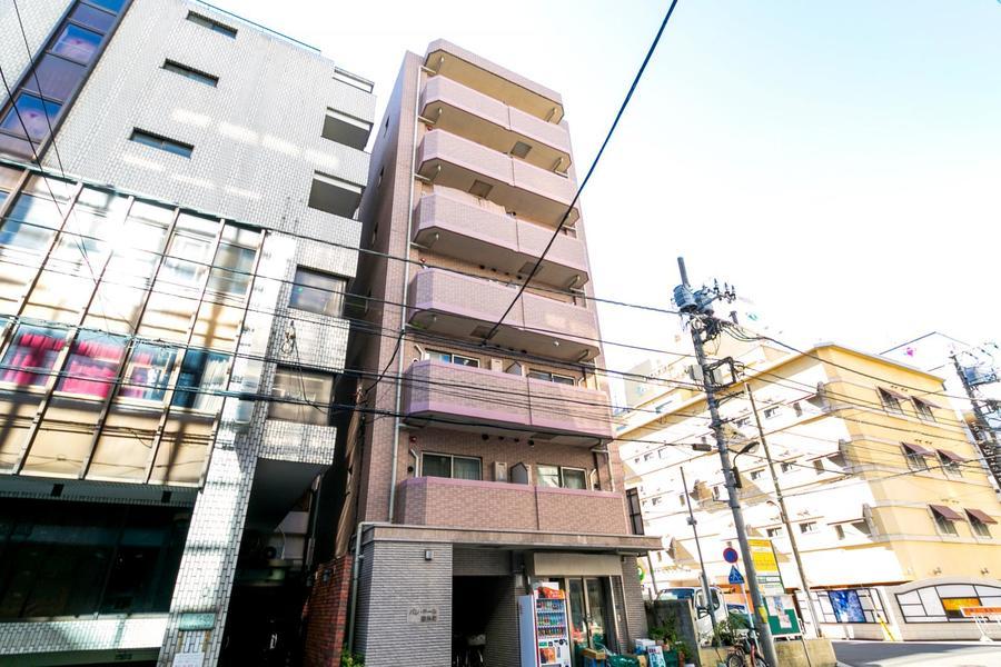 錦糸町駅徒歩6分。周辺は繁華街で夜間でも人が多く見られます