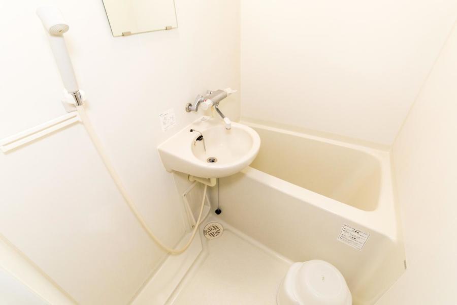 お風呂は白を中心とした色合いで清潔感抜群