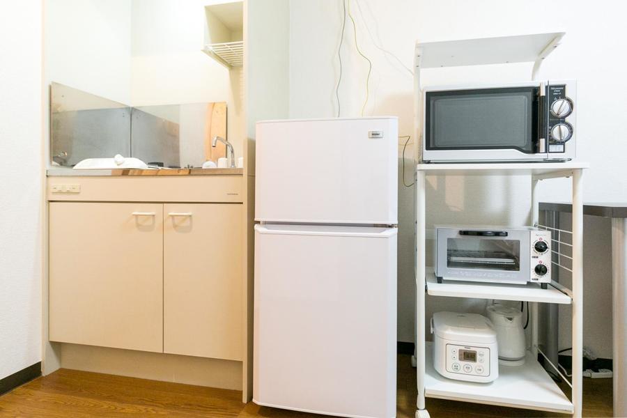 キッチンはコンパクトサイズ。家電類も充実の取り揃え