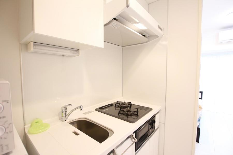オフホワイトをメインとしたキッチン。便利なコンロ&グリルつき