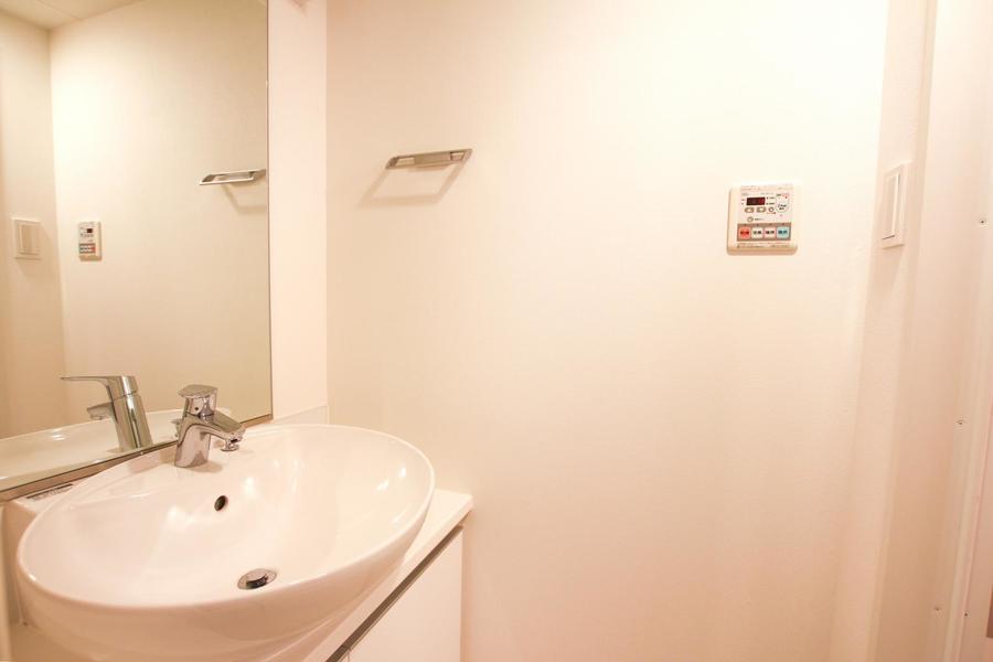 丸いボウルがキュートな独立洗面台。鏡も大きく視認性抜群です