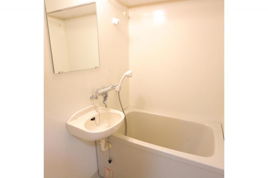 浴室は白を基調とした清潔感のある空間