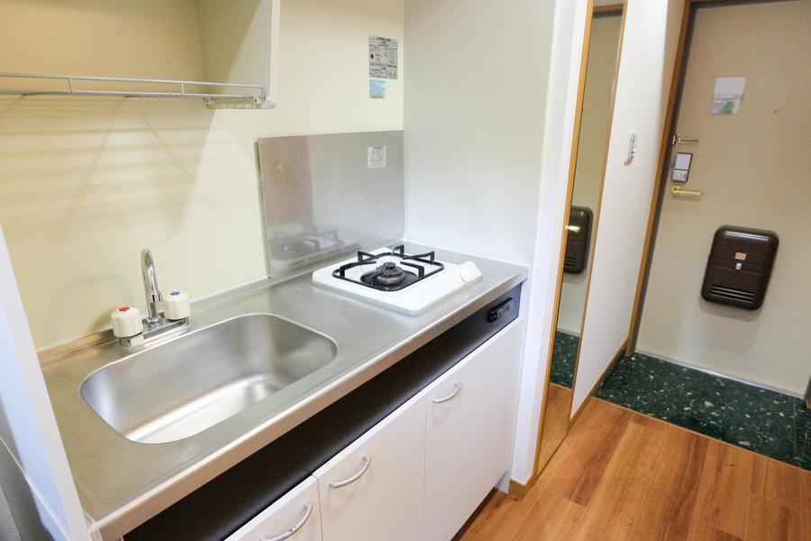 シンクが広めのコンパクトなキッチン。吊り棚には食器が収納できます