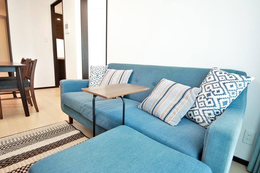 ウォッシュブルーのソファはユーズド感のある色合いが特徴