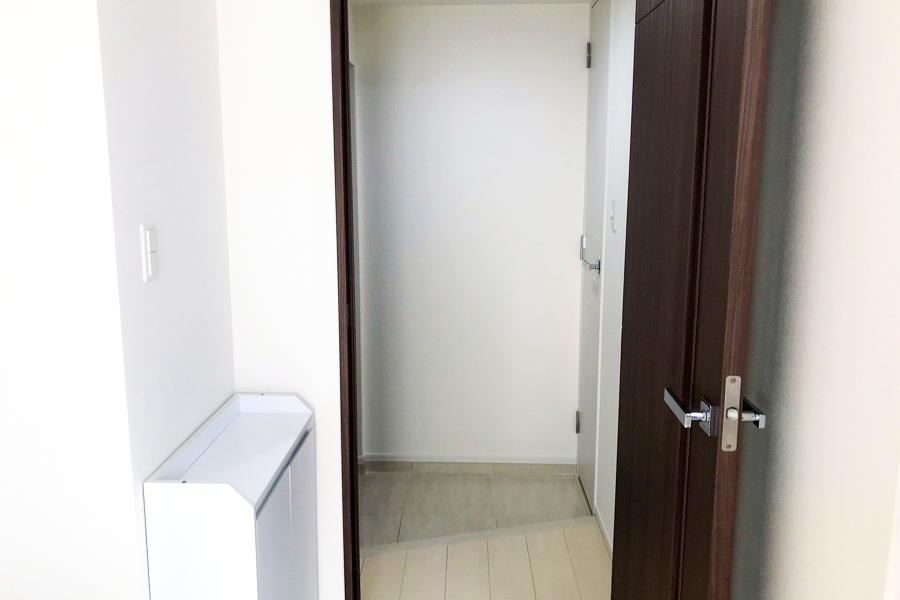 お部屋と玄関の間には仕切り扉を設置し、プライバシー保護にも