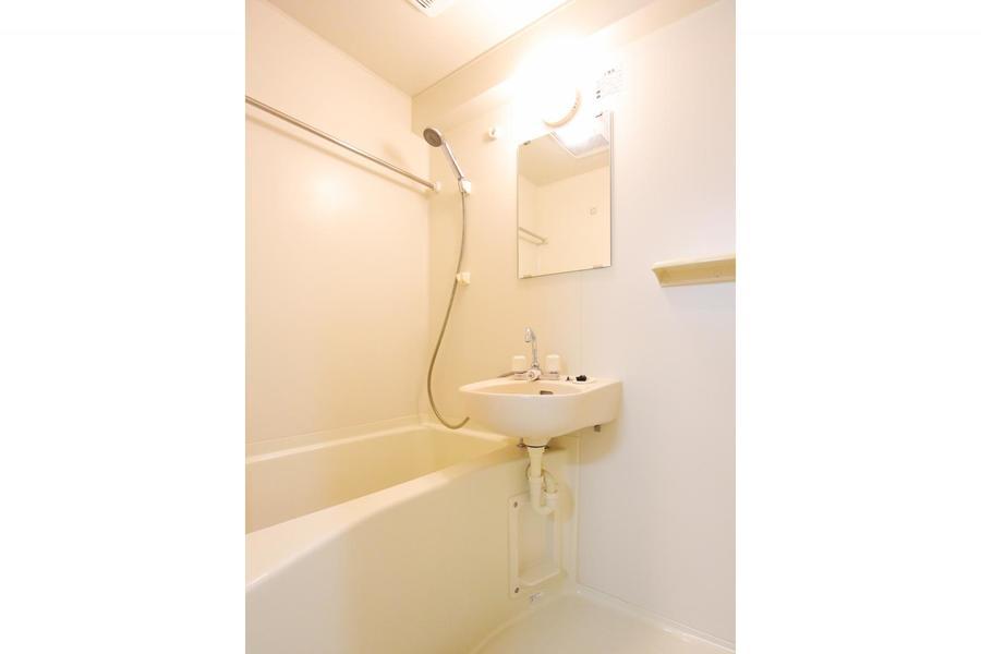 バスルームは程よい広さ。浴室乾燥機搭載です
