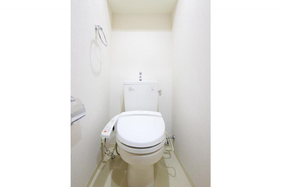 ホワイトの壁紙も相まって清潔感のあるお手洗い