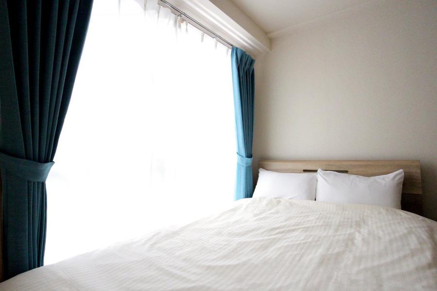 ベッドは広々と使えるセミダブル。のびのびとお休みいただけます