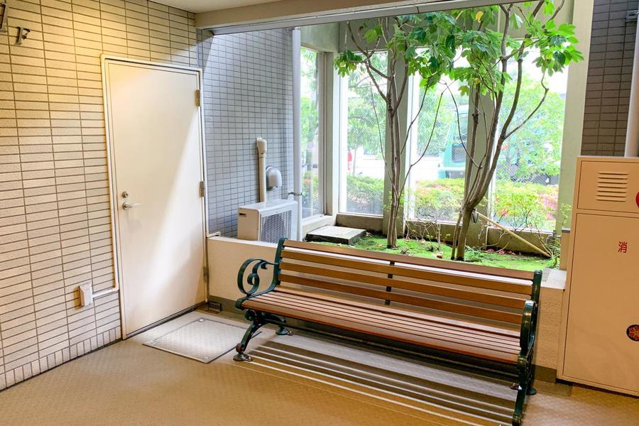 さらに公園を思わせるウッドベンチも設置!