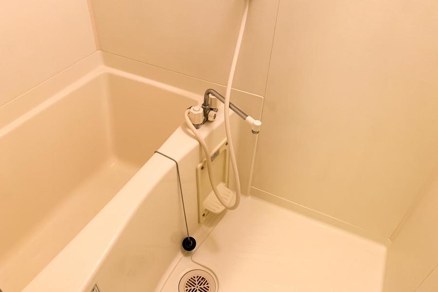 バスルームはコンパクトながら清潔感にあふれています
