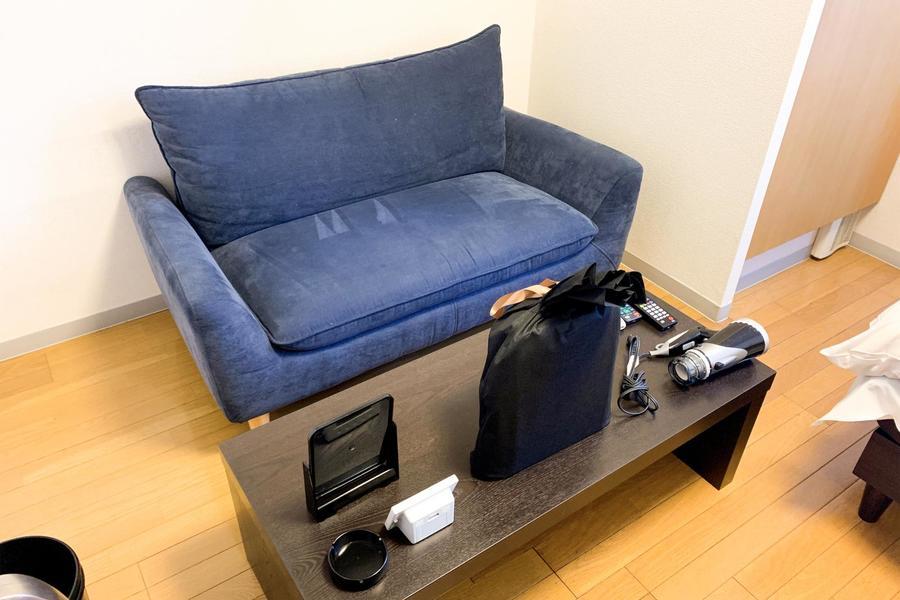 室内にはソファとローテーブルを設置。くつろぎの時間をお過ごしいただけます