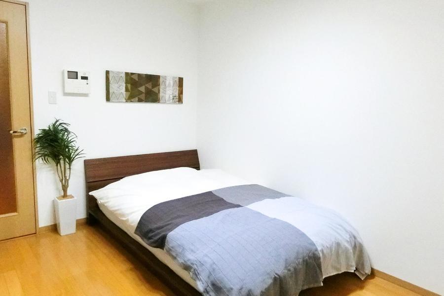 ベッドはセミダブルサイズ。Webカメラの画角に入らないよう配置しています