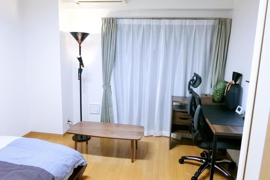シンプルながらも存在感のあるスタンドライト、ローテーブルなどなどサブ家具も充実