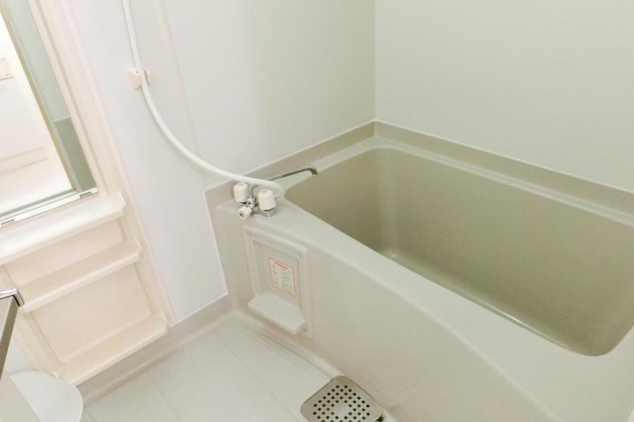 バスルームはコンパクトながら清潔感があります