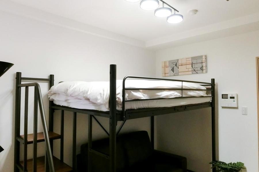 ロフトベッドはセミダブルサイズ。男性の方でもゆとりの広さです