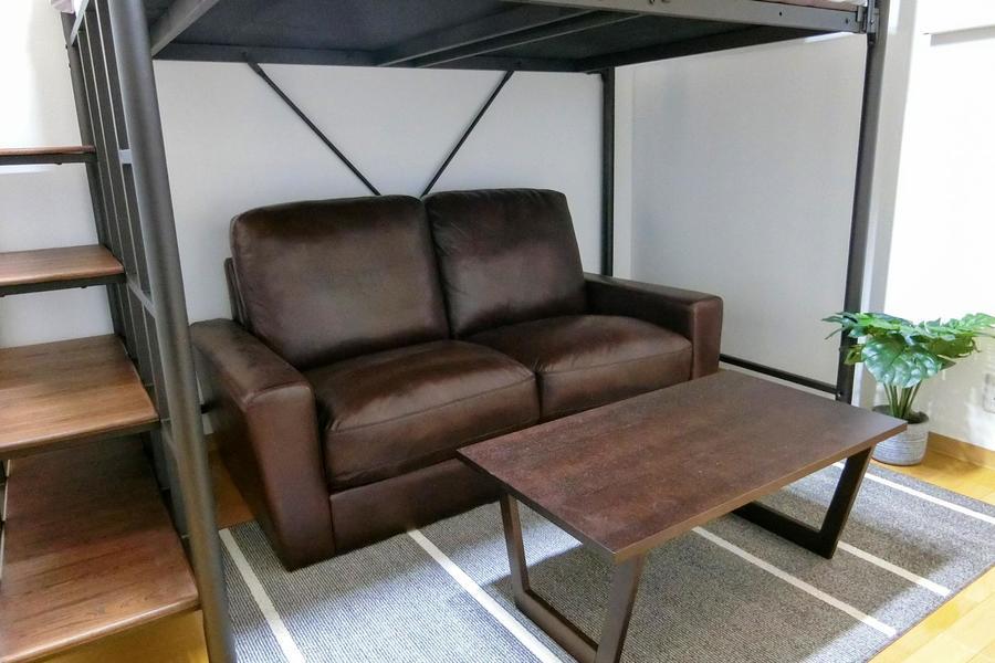 ロフト下部にはソファとテーブルを設置。息抜きタイムに是非ご活用ください