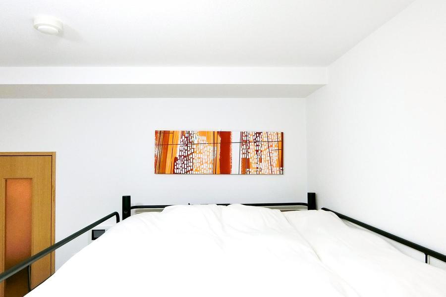 簡素になりがちなロフトベッド上部には鮮やかなウォールアートで彩りを添えて