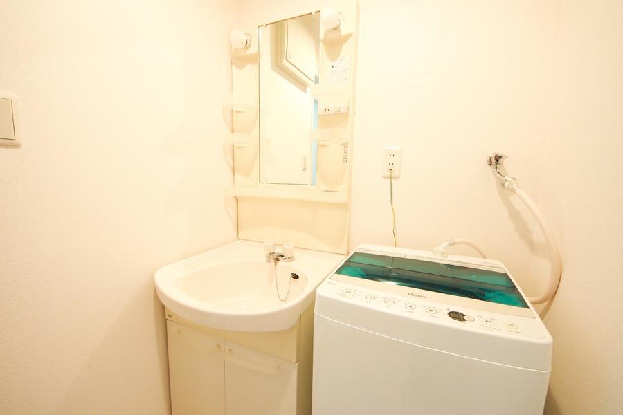 洗面台は独立タイプ。小物棚も多く便利です