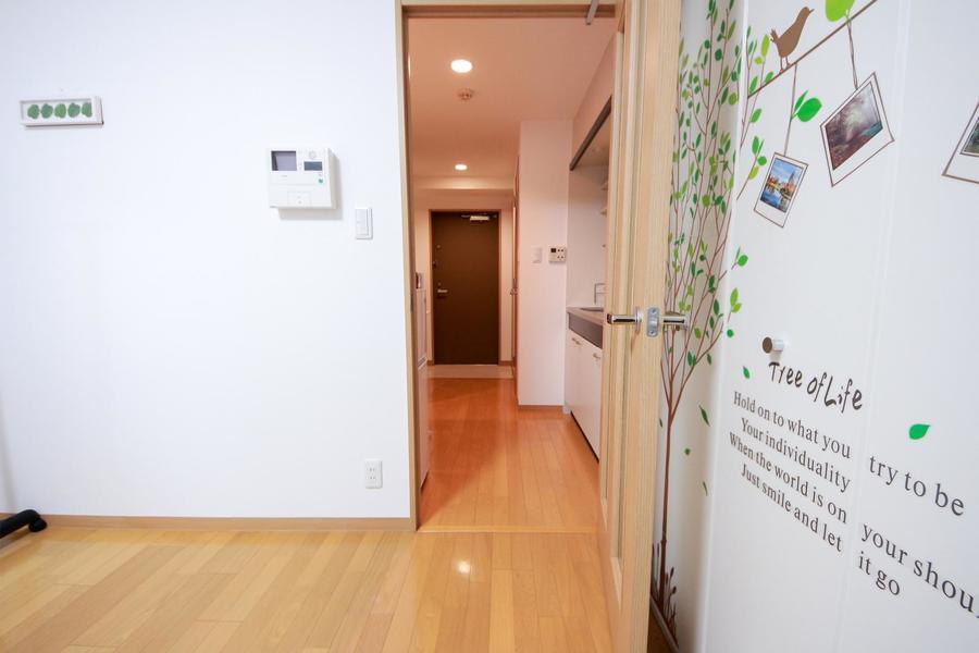 お部屋と廊下の間には仕切り扉付き。集中したいときにもピッタリ