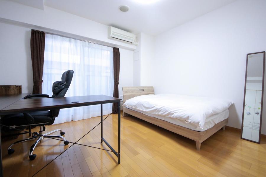 お部屋は8帖。大型デスクとベッドを配置してもなおゆとりある広さ