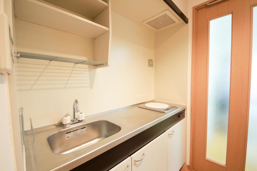 1Kルームとしては広めのキッチン。火を使わないIHコンロを搭載