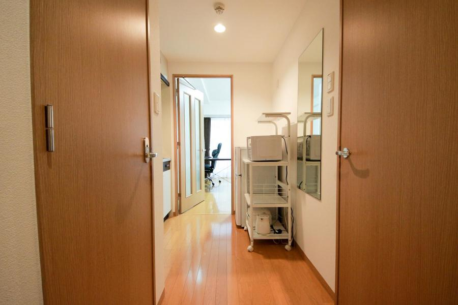 電子レンジや冷蔵庫などは廊下部に設置。動線の邪魔をしないスッキリとした配置