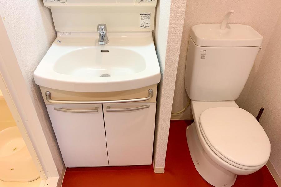 浴室を出ると洗面台とお手洗い。人気のバス・トイレセパレートタイプです