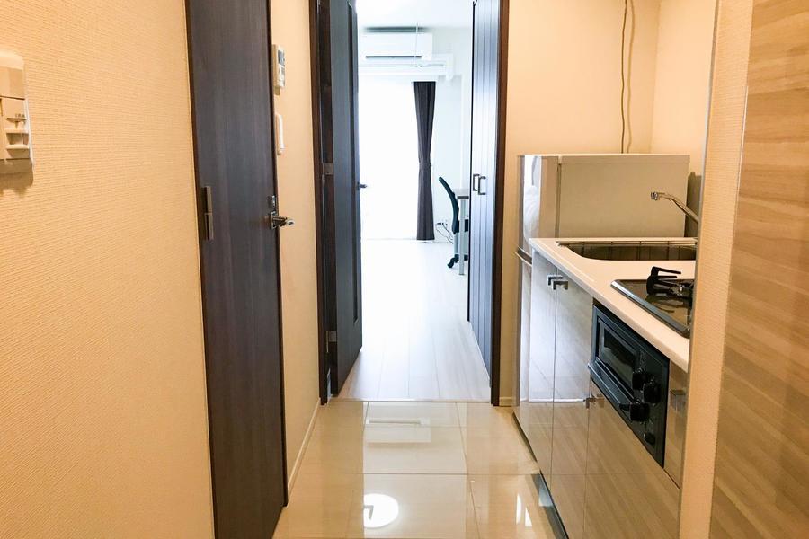 フローリングの室内から一転、廊下はタイル張り。足元の変化も特徴の一つです