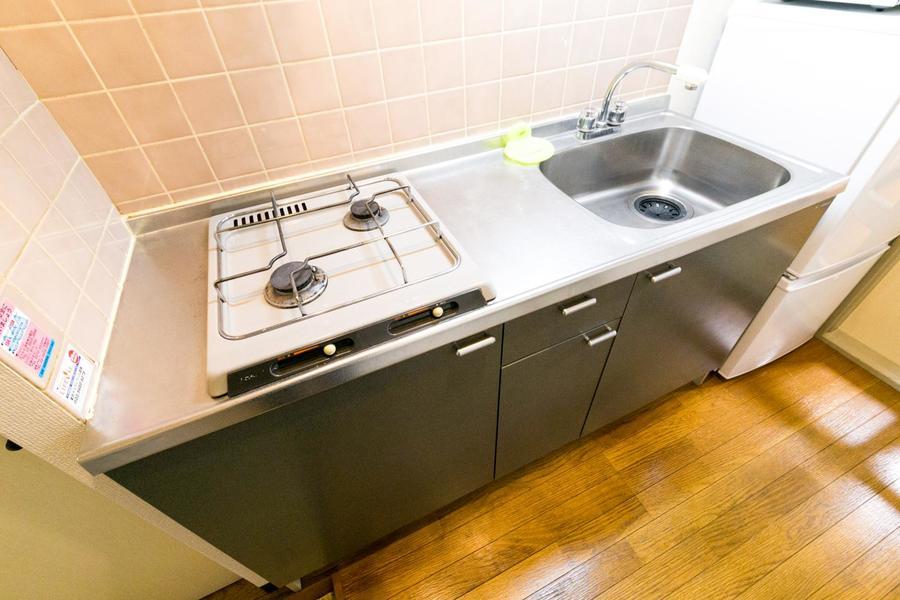 シンク、作業スペースともに広めのキッチン。嬉しいガスコンロ二口タイプ!