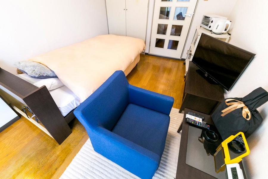 机はローテーブルタイプ。使い勝手の良いシングルソファと併せてお使いください