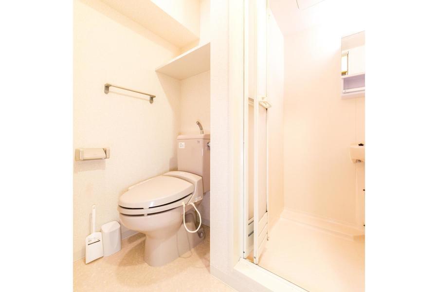 浴室隣にはお手洗い。人気のシャワートイレ完備