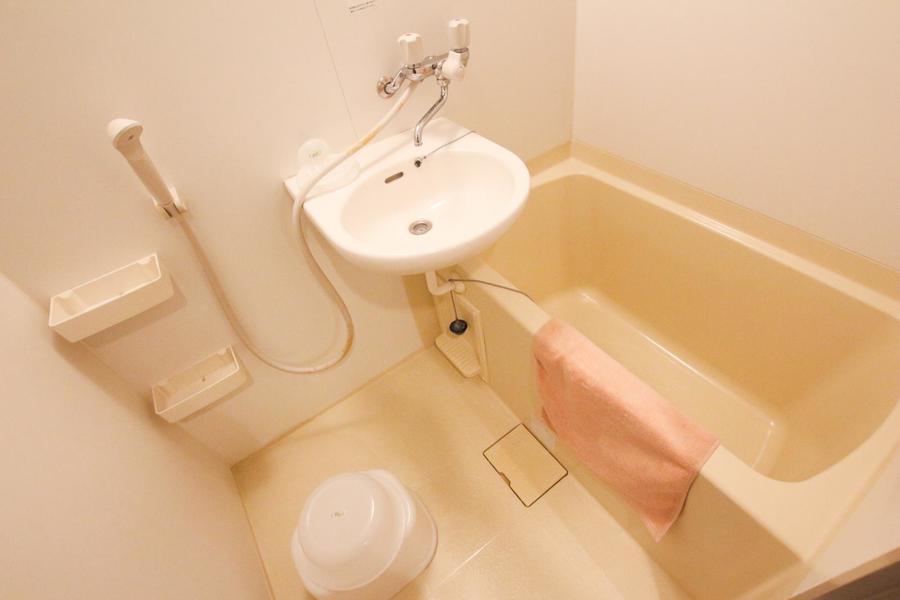備え付けの小物棚が嬉しいバスルーム。人気の浴室乾燥機も搭載しています