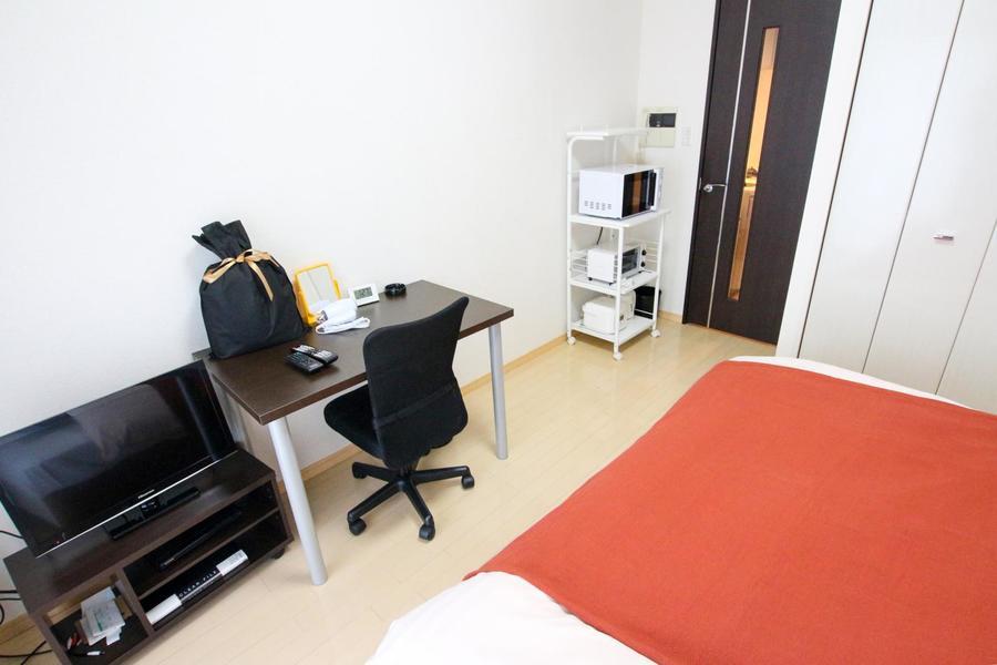 ビジネスやお食事にも使えるデスクセットを始め、必要家具類はすべてご用意しています