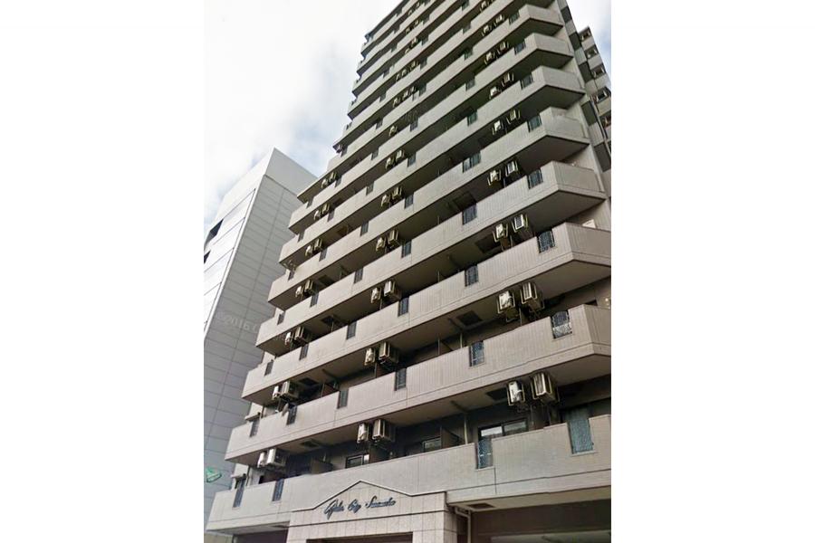 サンドベージュのシックな外観。すらりとした14階建ての建物です