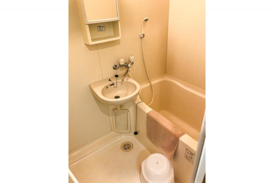 お風呂はコンパクトサイズ。作り棚が嬉しいですね
