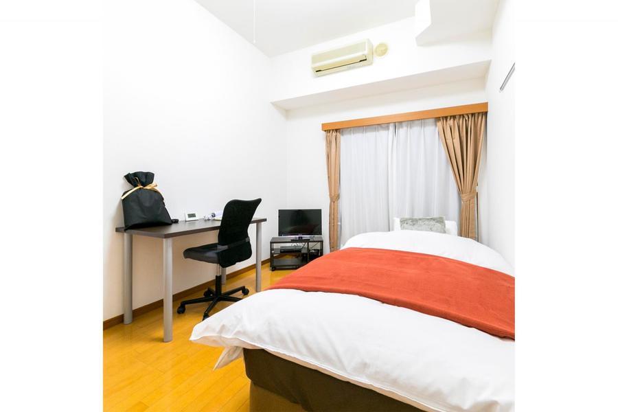 お部屋は程よい広さ。ビジネスホテルのような狭さ、動きにくさはありません