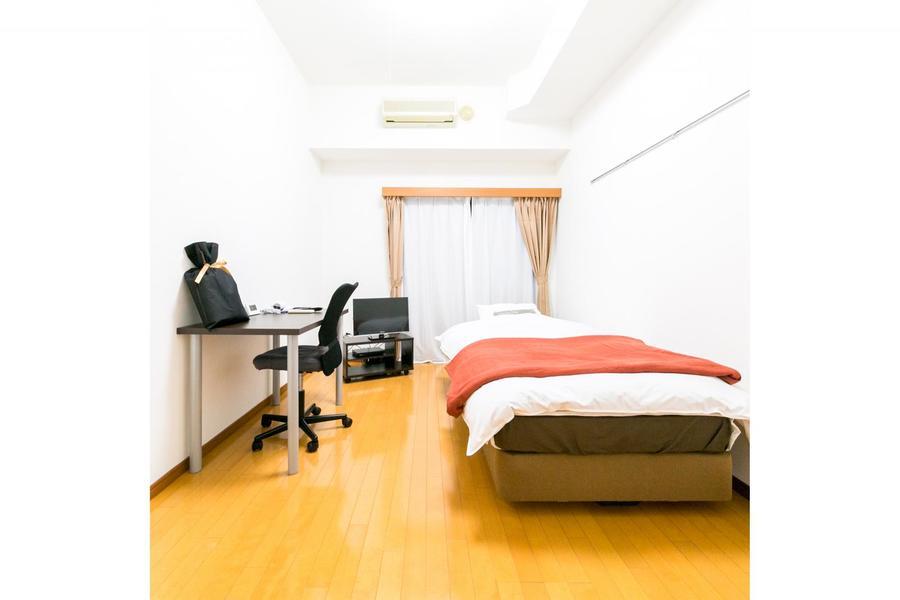 デスクやベッドを置いても床面が見え、すっきりとした印象