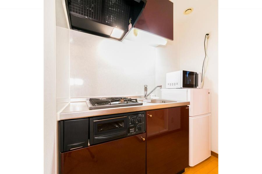 ココアブラウンの扉がポイントのキッチン。ガスコンロは2口タイプです