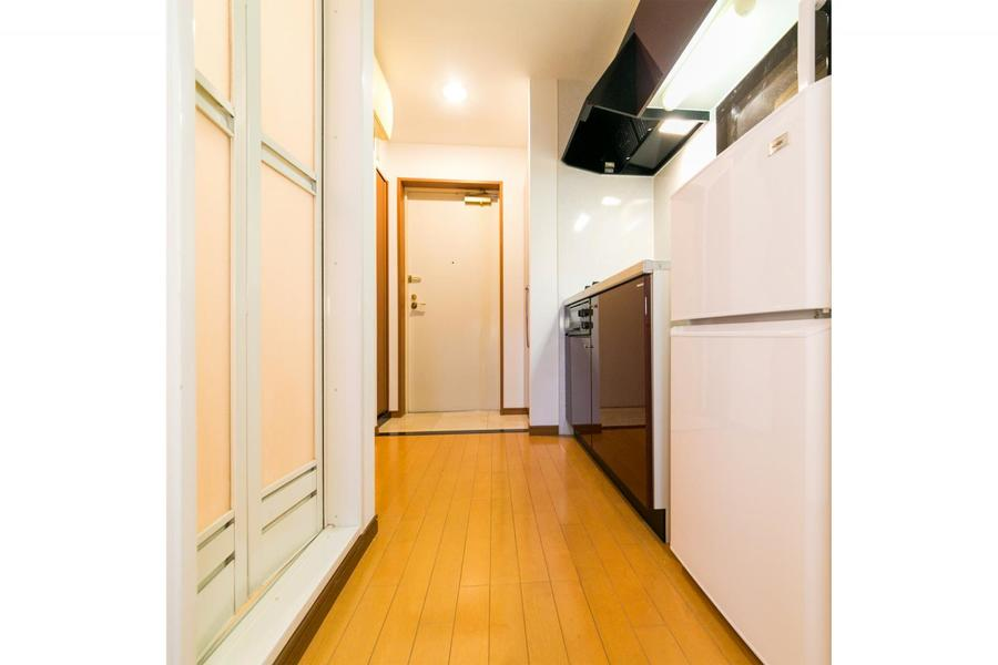 つるりとした床面。キッチン前もゆとりをもった広さです
