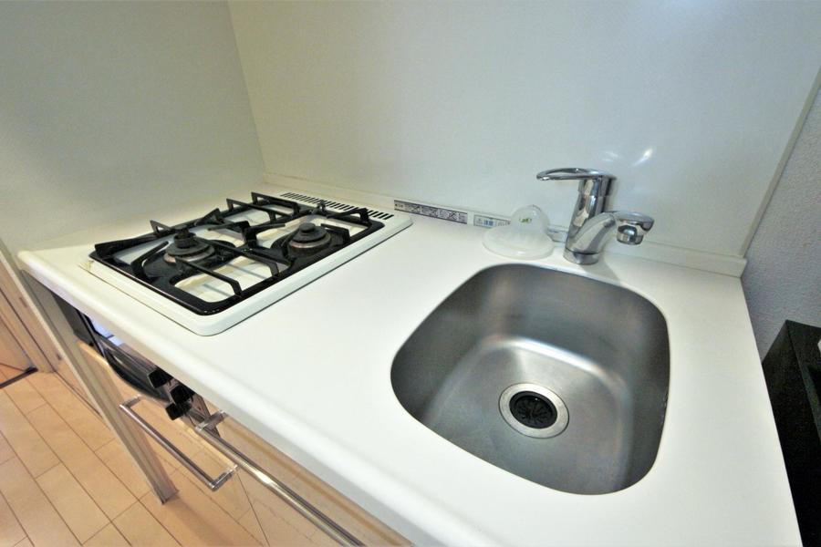 二口ガスコンロにガスオーブン付き。自炊の幅も広がります