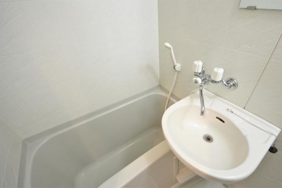 清潔感のあるバスルーム。雨の日も安心の浴室乾燥機能付き