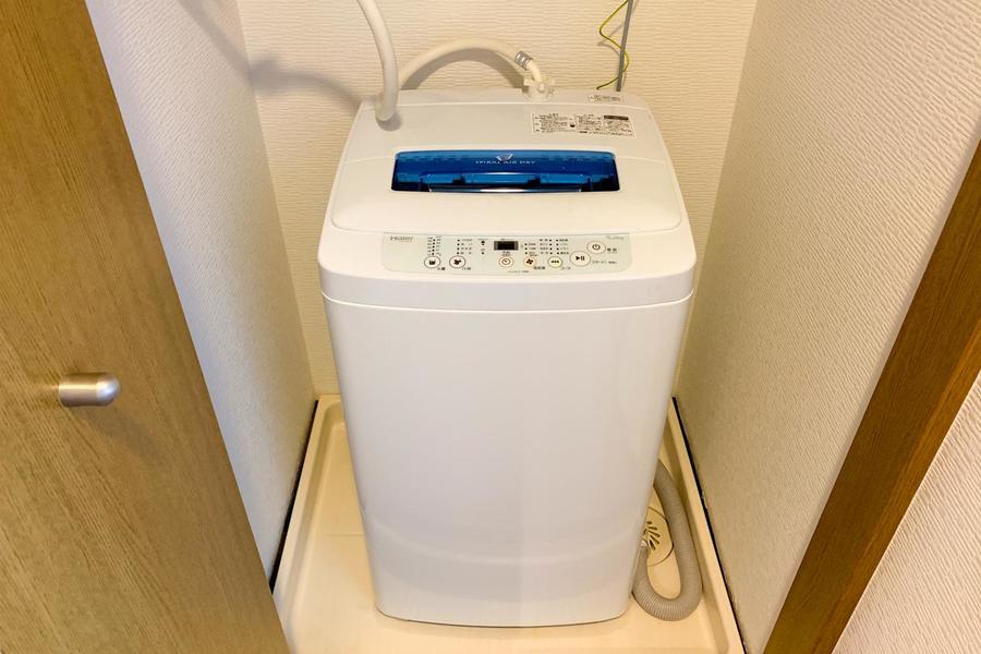 洗濯機置場は目隠し扉で生活感を抑えます