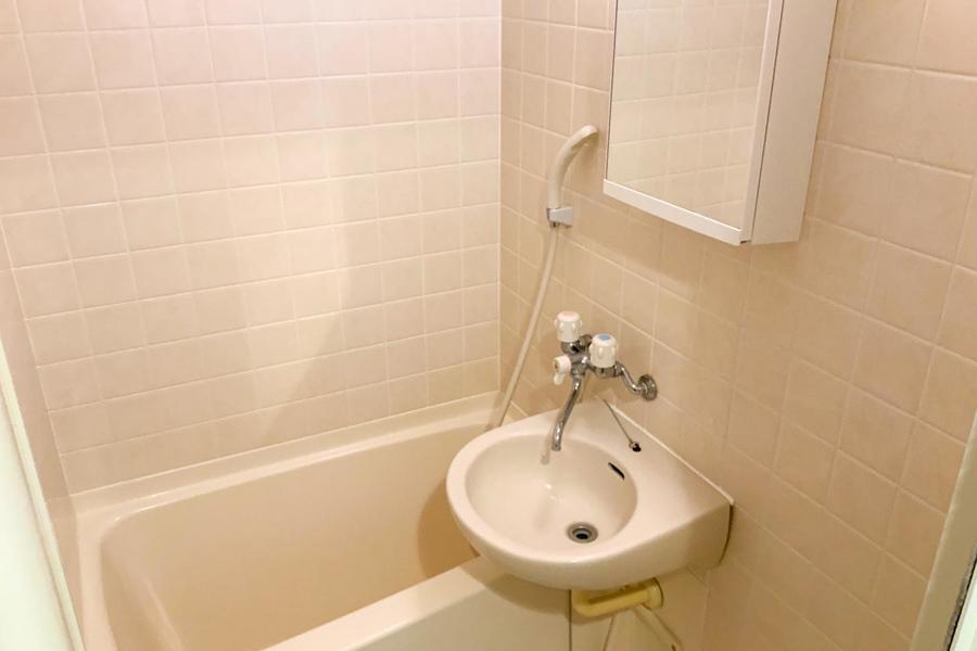 清潔感あるバスルーム。便利な収納スペース付き鏡が嬉しい