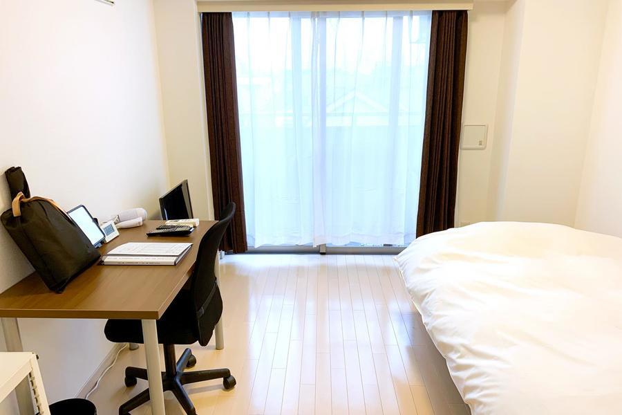 ベッド、デスクなどの家具家電類はすべてセッティング済。お荷物一つでご入居いただけます