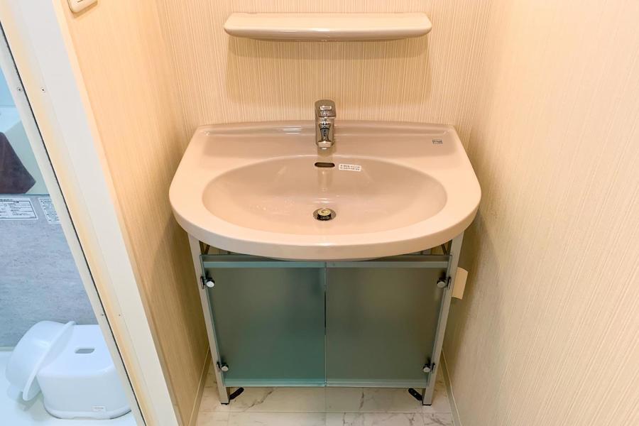 洗面台は人気の独立式。収納、鏡もついています