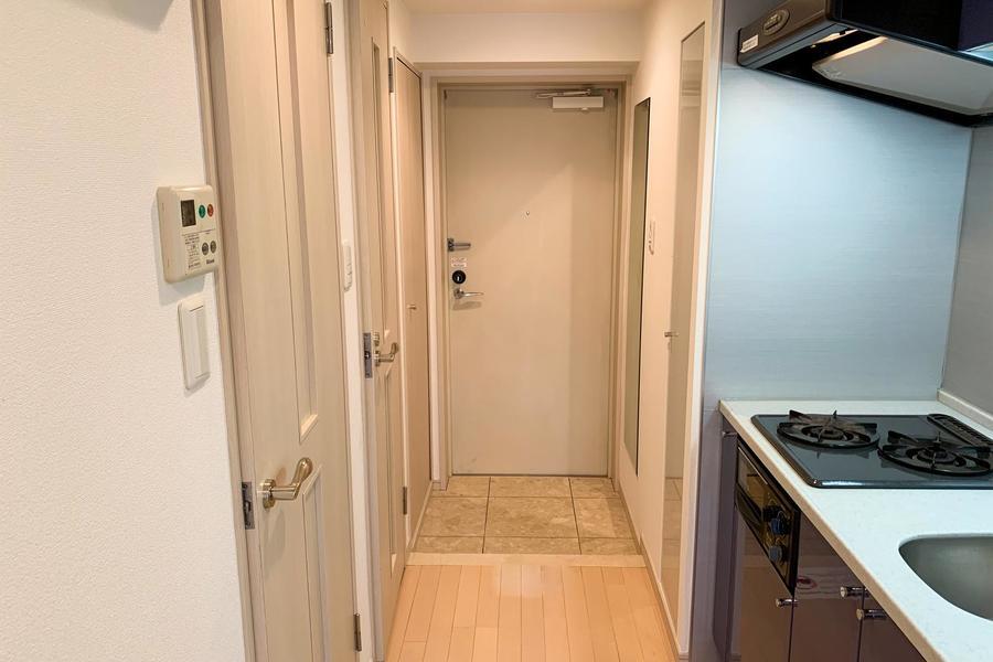 玄関には洗濯機置き場。扉を締めると生活感が隠せるのがポイントです