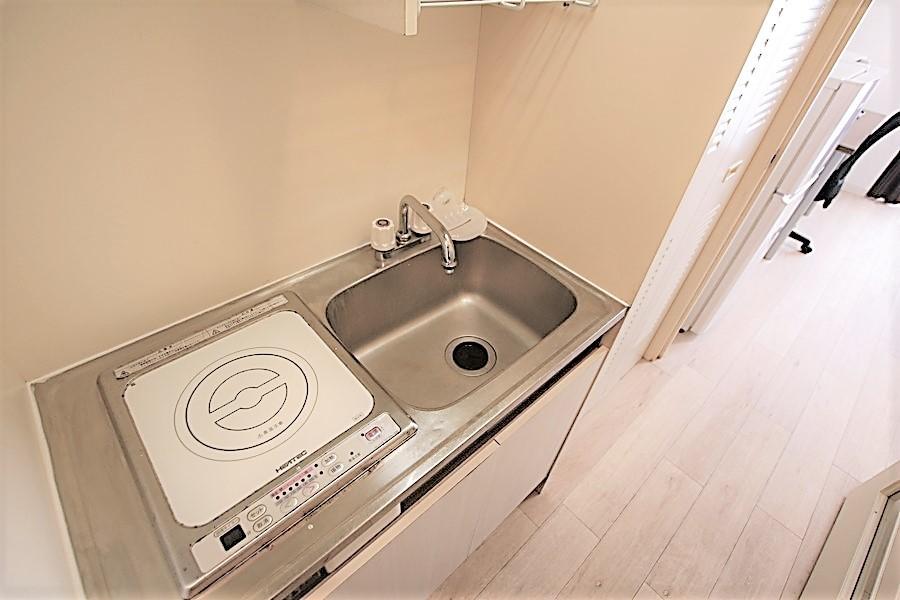 コンパクトなキッチンには火事の心配が少ないIHコンロを搭載